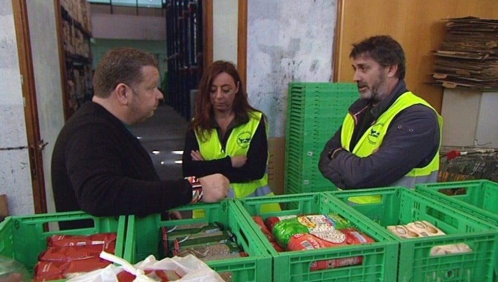Los socios acuden a un banco de alimentos