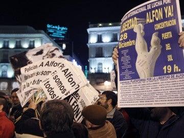 """Pancartas durante una concentración en la Puerta del Sol de Madrid, para reclamar la puesta en libertad sin cargos de Alfonso Fernández """"Alfon""""."""