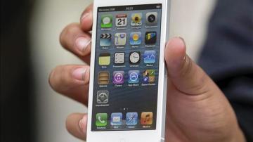 Un usuario sostiene un iPhone