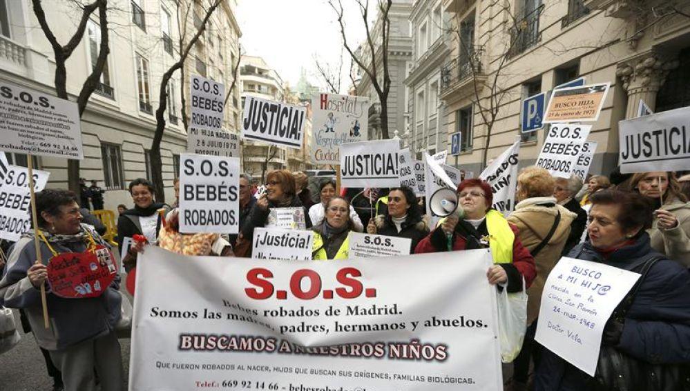 Participantes en una manifestación de asociaciones de bebes robados