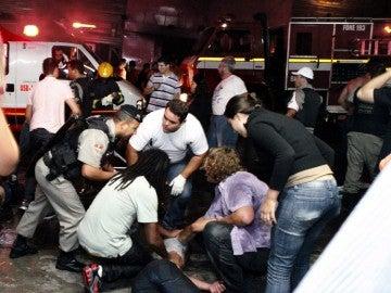 Bomberos y policías en las inmediaciones de la discoteca Kiss