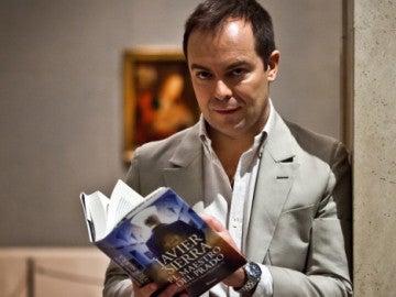 Javier Sierra posa con su nuevo libro, 'El Maestro del Prado'