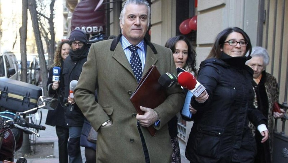 Luis Bárcenas camina mientras la prensa le pregunta
