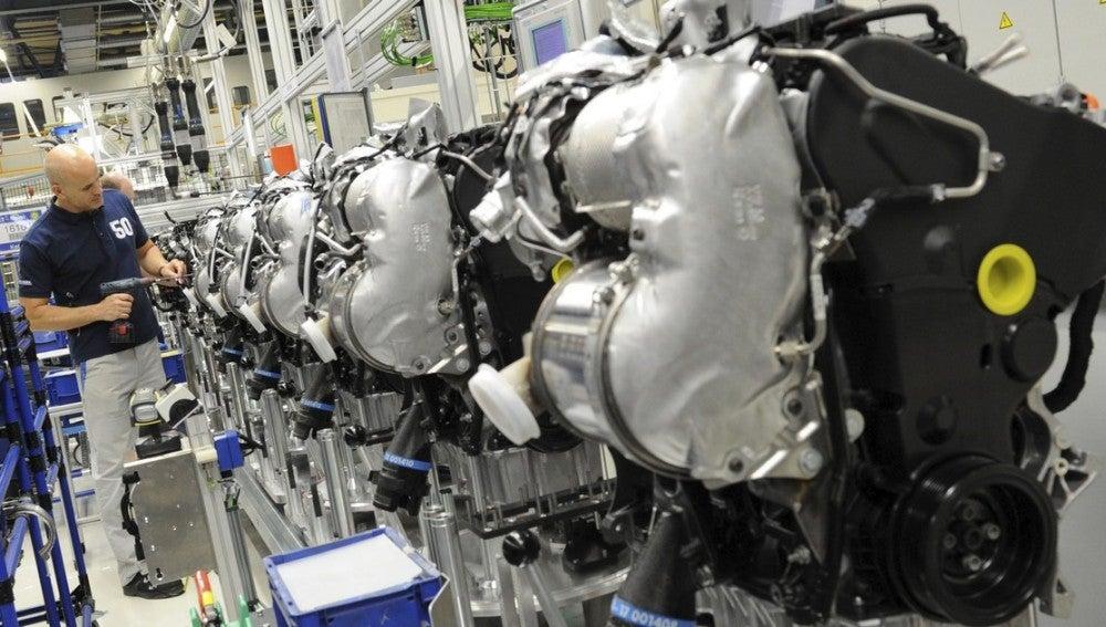 Un empleado de Volkswagen trabaja en una cadena de montaje