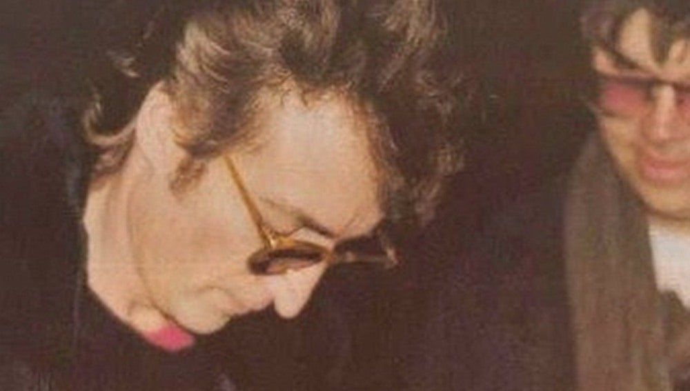 John Lennon junto a su asesino, Mark David Chapman