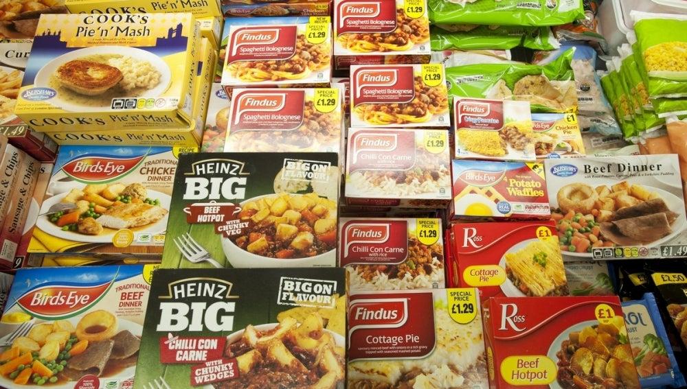 Varios platos precocinados en un supermercado.