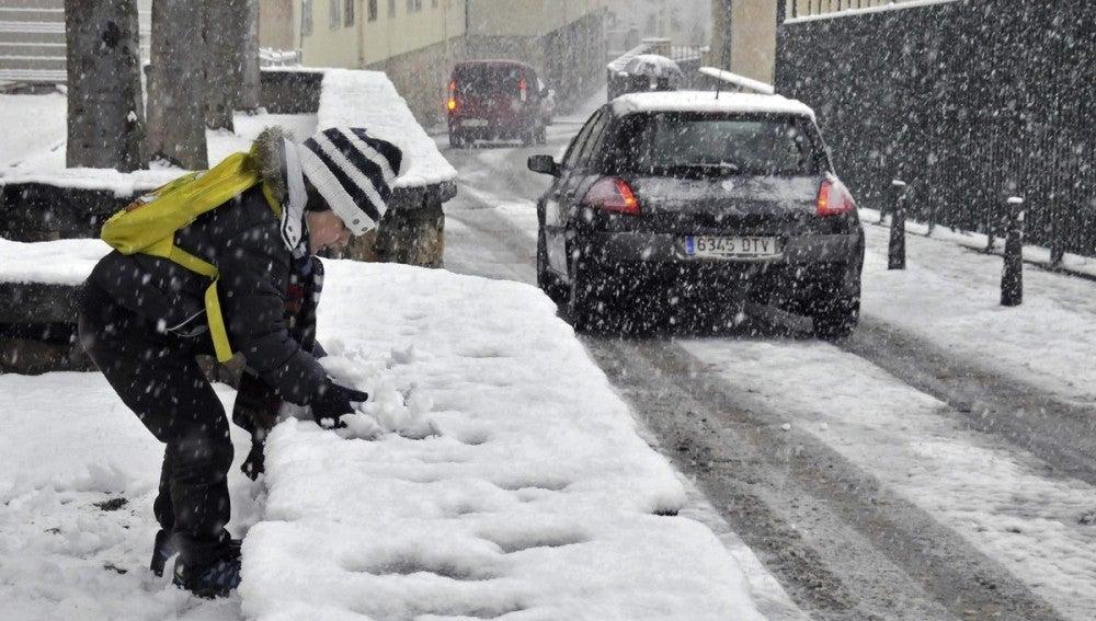 Un niño juega con la nieve en Segovia tras una fuerte nevada.