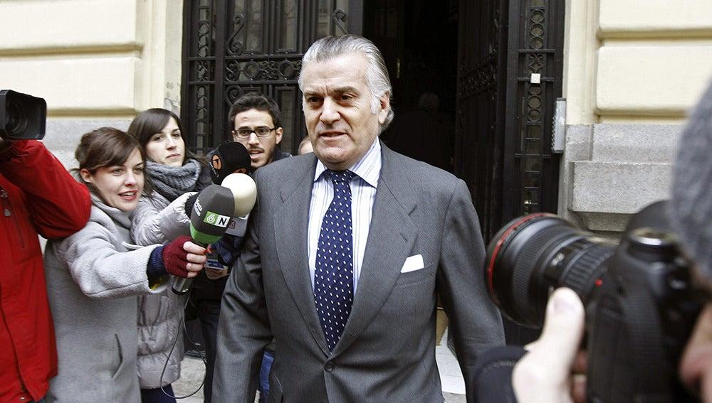 Luis Bárcenas a la salida de su casa