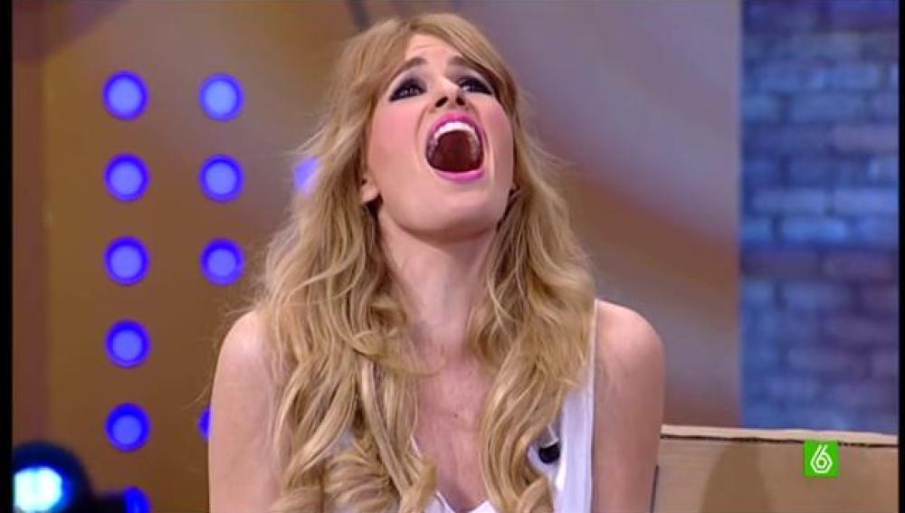Adriana se pone a cantar