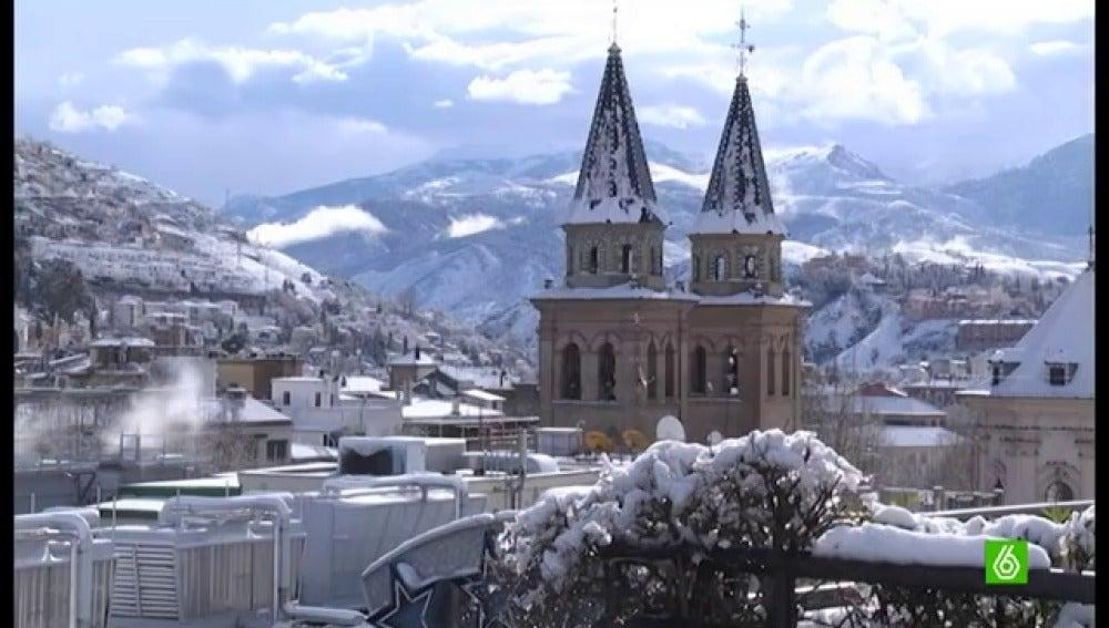 Granda, amanece nevada en el Día de Andalucía