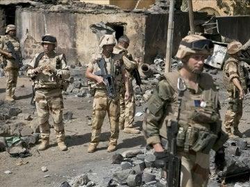 Militares franceses observan los daños causados en un mercado en Gao