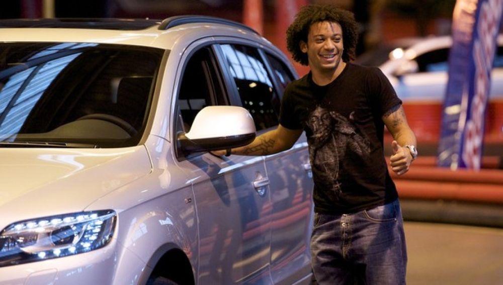 El futbolista Marcelo junto a un coche de alta gama