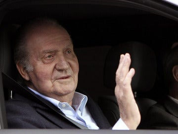 El Rey Juan Carlos saluda a su salida de la clínica 'La Milagrosa'