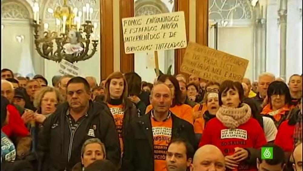Los afectados por las preferentes en Galicia arremeten contra los alcaldes del PP