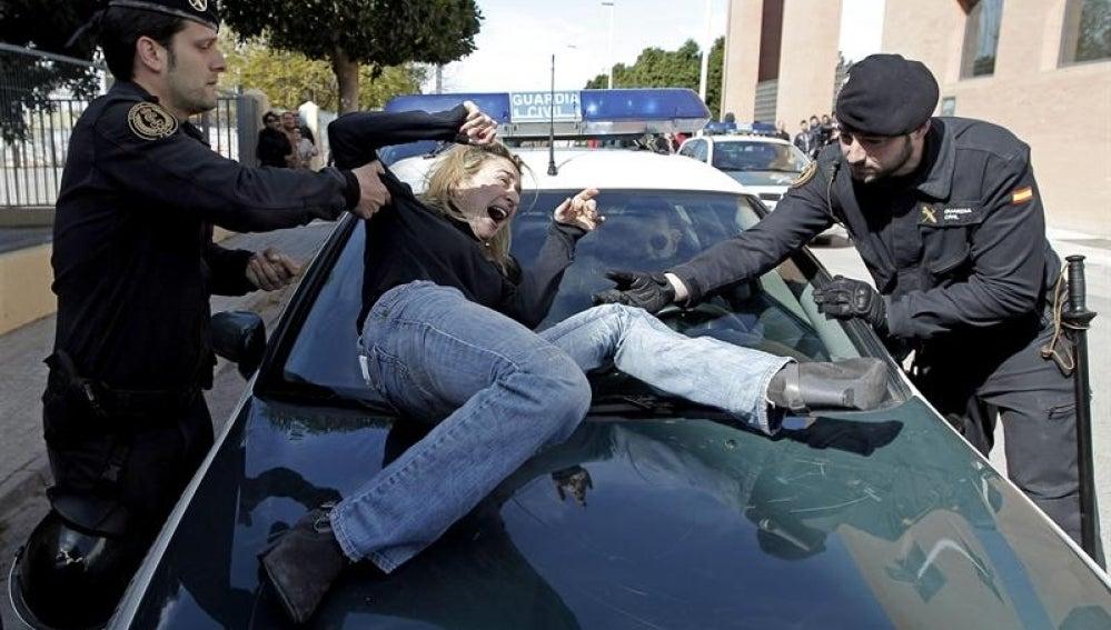 Isabel Monrós explota ante la Guardia Civil