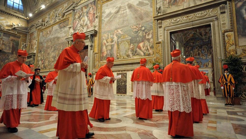 Los cardenales entran en la Capilla Sixtina