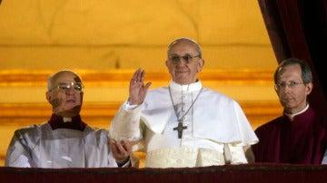 El Papa Francisco saluda desde el balcón