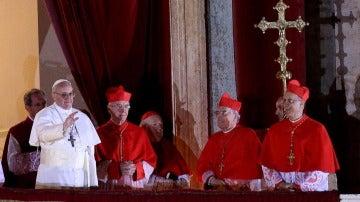 El Papa Francisco saluda desde el balcón de El Vaticano