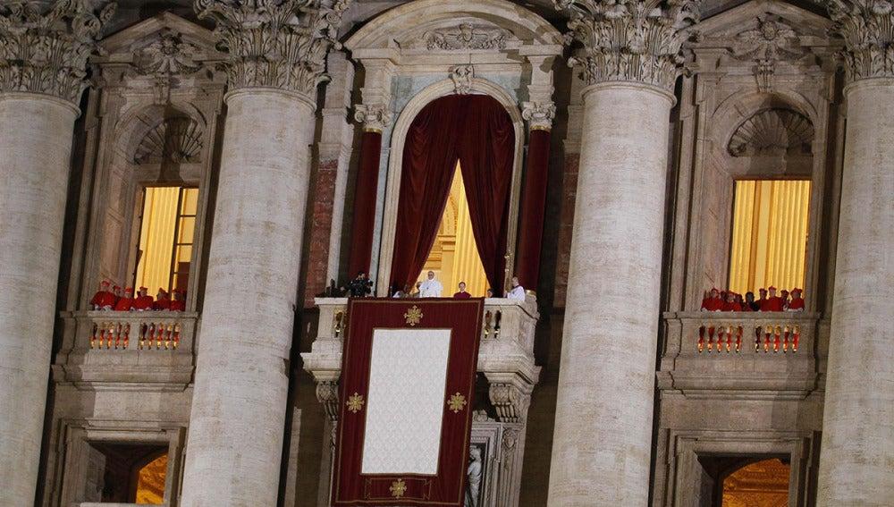 El papa Francisco se dirige a miles de peregrinos en la Plaza de San Pedro.