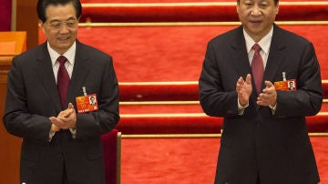 El nuevo presidente chino, Xi Jinping, aplaude junto al expresidente Hu Jintao.