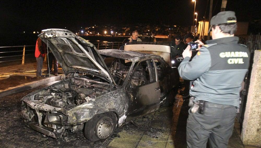Huyen tras chocar y dejar a dos chicas atrapadas en el coche ardiendo