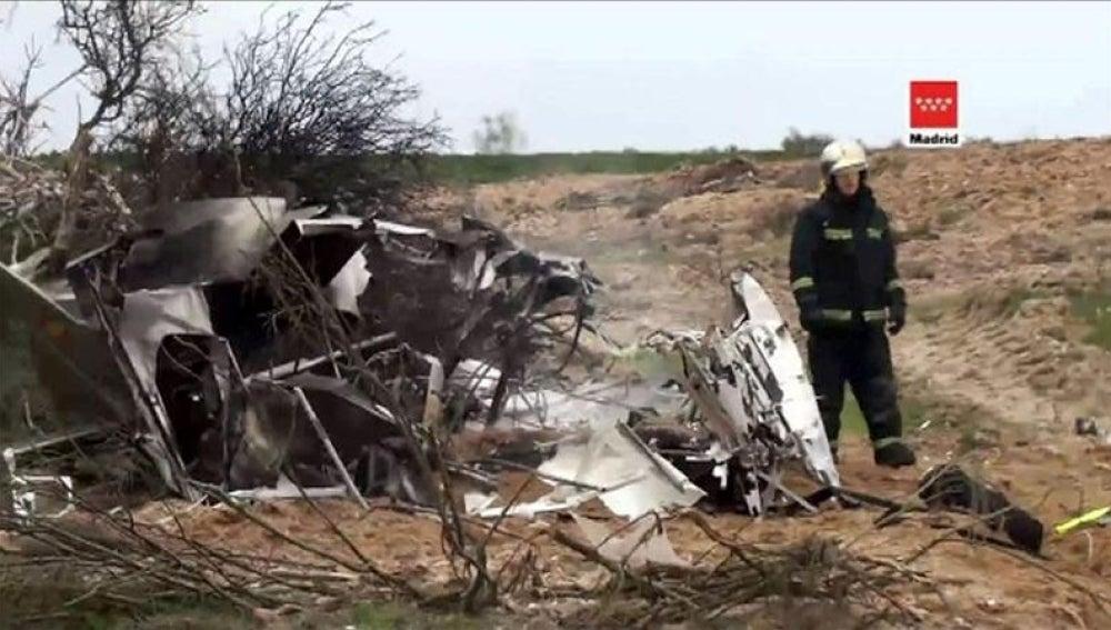 Fallecen el instructor y una pareja al caer una avioneta en Alicante