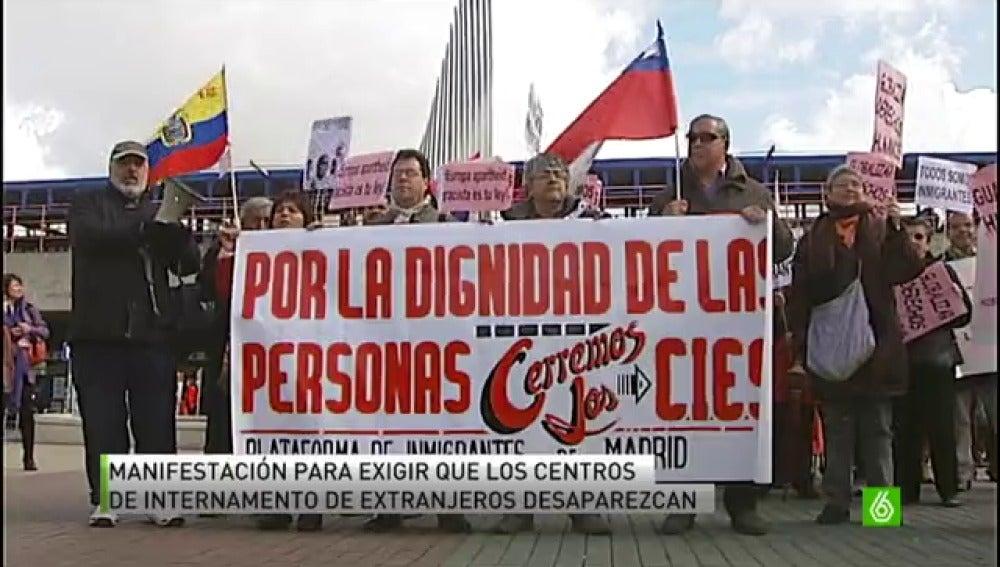 Manifestantes en Madrid exigen la desaparición de los centros de internamiento