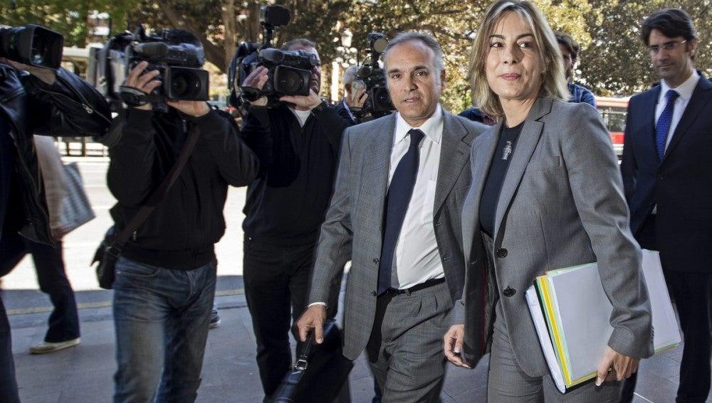 La alcaldesa de Alicante, Sonia Castedo, acompañada por su abogado