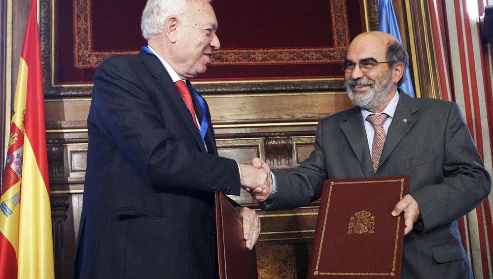 José Manuel García-Margallo y el director general de la FAOU, José Graziano da Silva, se intercambian documentación tras la firma de un acuerdo para la apertura de una oficina en Madrid de este organismo internacional.