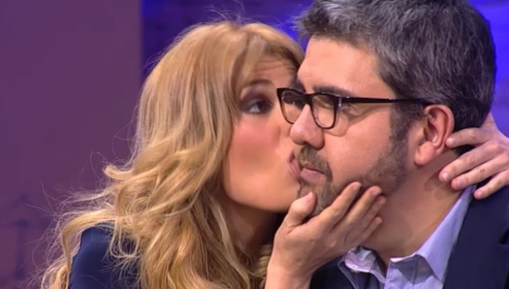 Adriana besa a Flo, con la lengua