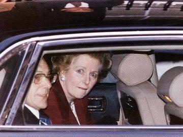 Margaret Thatcher abandonando Downing Street