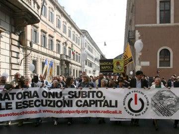 Personas manifestándose en Roma para pedir a Naciones Unidas una moratoria urgente de la pena de muerte.