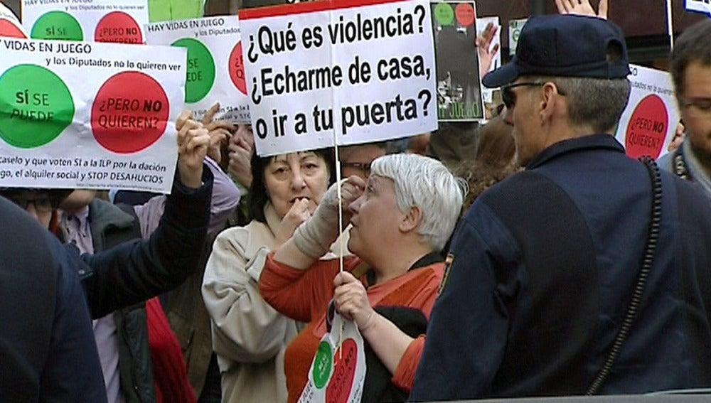 Activistas antideshaucios protestan ante la casa del presidente del Congreso, Jesús Posada.