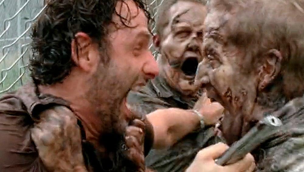 Rick lucha contra los zombies