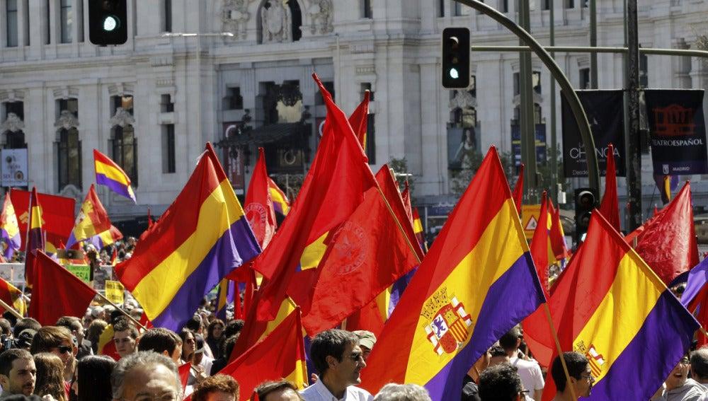 Manifestantes bajo el lema 'Abajo el régimen monárquico. Por la III República. Contra la impunidad del franquismo. No al pago de la deuda'.