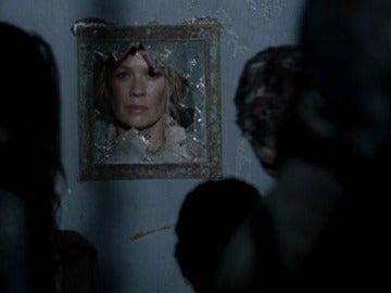 Andrea tras los cristales