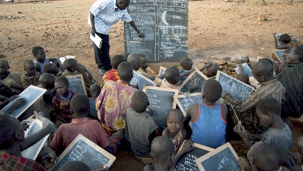Un profesor da clases a varios alumnos en Karamoja (Uganda).