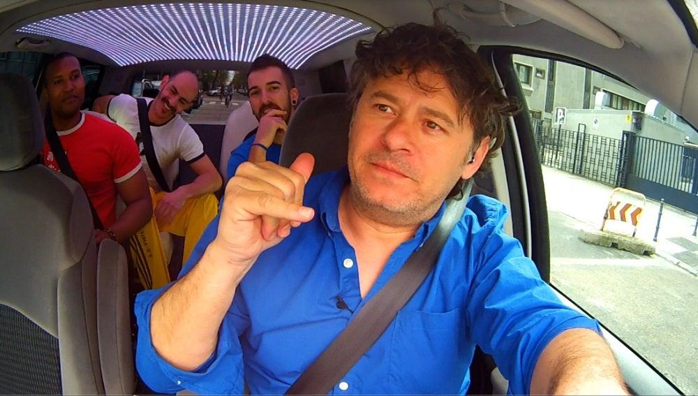 Miki dentro del coche