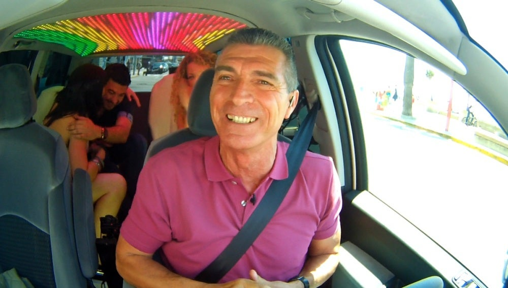 Manolo Sarria dentro del coche de 'Taxi'