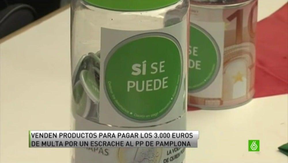 Miembros de la PAH de Navarra venden productos para pagar una multa por un escrache al PP