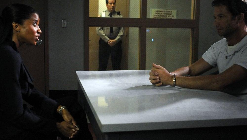 Joe Carroll conversa con su abogada en prisión