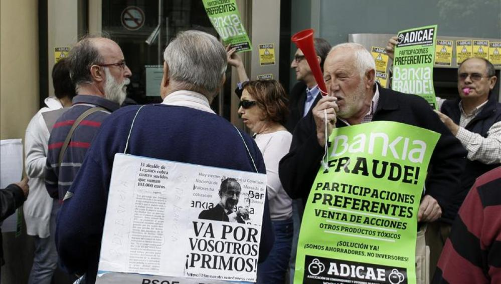 Varios ancianos se manifiestan contra Bankia