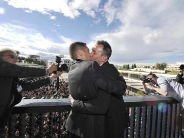 Imagen de archivo de una pareja gay dándose un beso