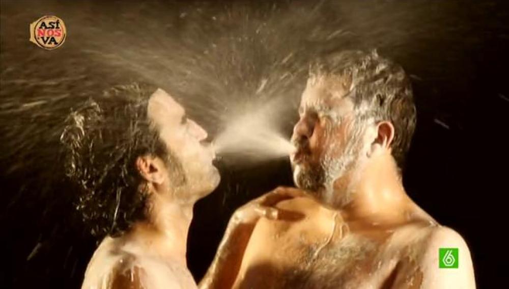 Raúl Gómez y Flo se bañan en leche