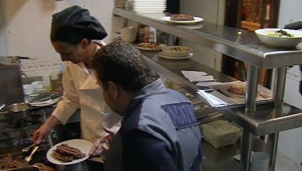 Chicote aconseja a Luismi en la cocina