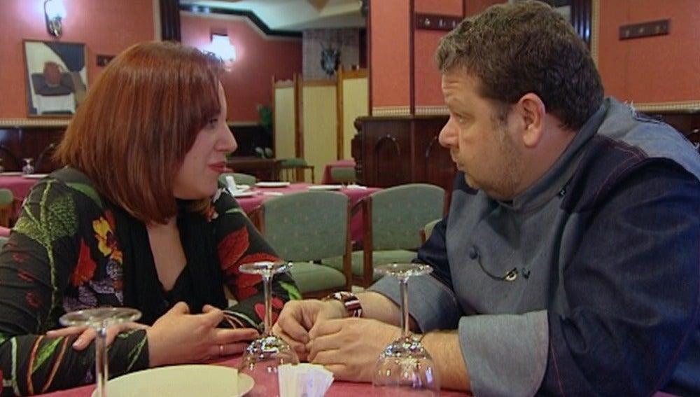 Esther le cuenta la situación del restaurante a Chicote