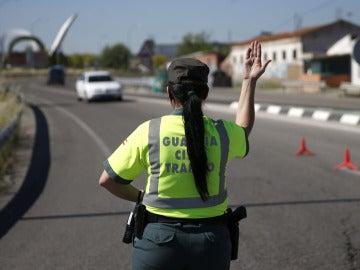 Una agente de la Guardia Civil de Tráfico para un vehículo