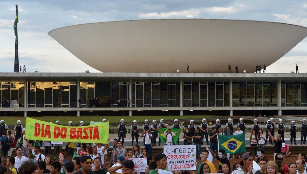 Manifestantes protestan frente al Congreso Nacional en Brasilia