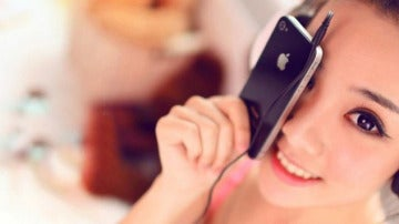 Una mujer china utiliza su 'smartphone'