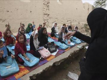 Un grupo de niñas recibiendo clase en una improvisada escuela en Kunduz (Afganistán)